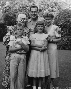 Frank Lovejoy (middle) with Joan Banks and children